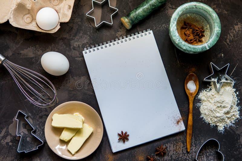 Fabbricazione del dolce Gli ingredienti dei biscotti flour, egg, imburrano, cocendo il powd fotografia stock libera da diritti