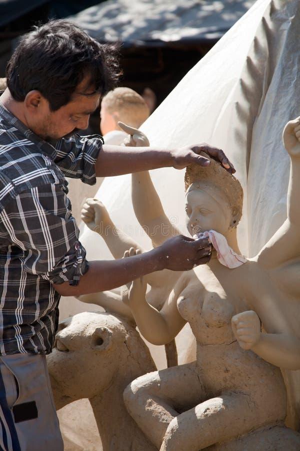 Fabbricazione del festival degli idoli-Durga dell'argilla in India immagine stock