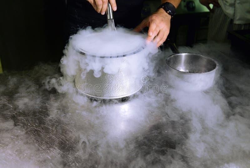 Fabbricazione del gelato con azoto liquido fotografie stock