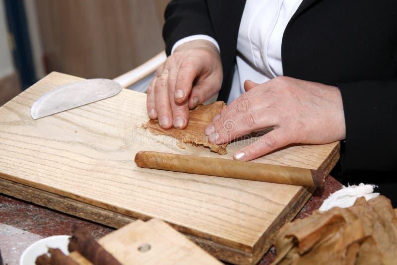 Fabbricazione del primo piano del sigaro a mano immagini stock