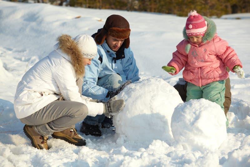 Fabbricazione del pupazzo di neve fotografia stock
