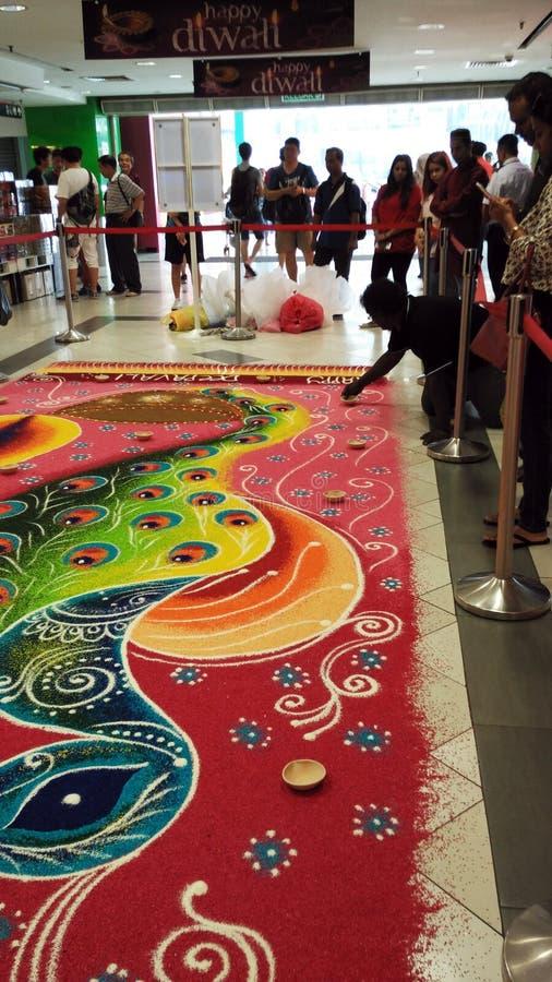 Fabbricazione del Rangoli in un centro commerciale fotografie stock