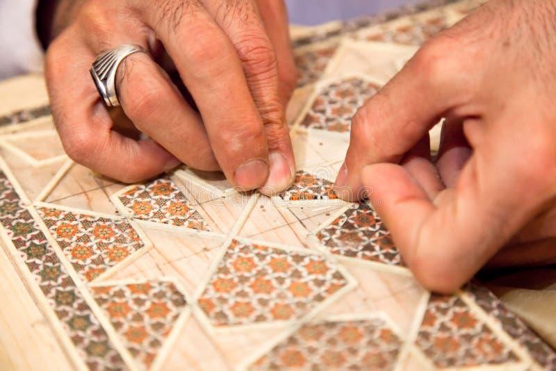 Fabbricazione del technicskhatam persiano tradizionale del mosaico immagini stock libere da diritti