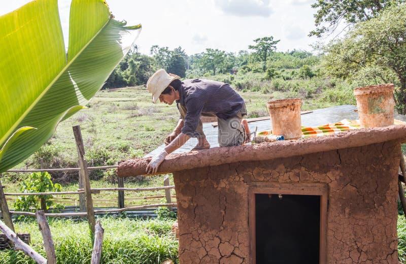 Fabbricazione del tetto della casa del fango fotografie stock libere da diritti