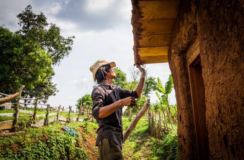 Fabbricazione del tetto della casa del fango fotografia stock