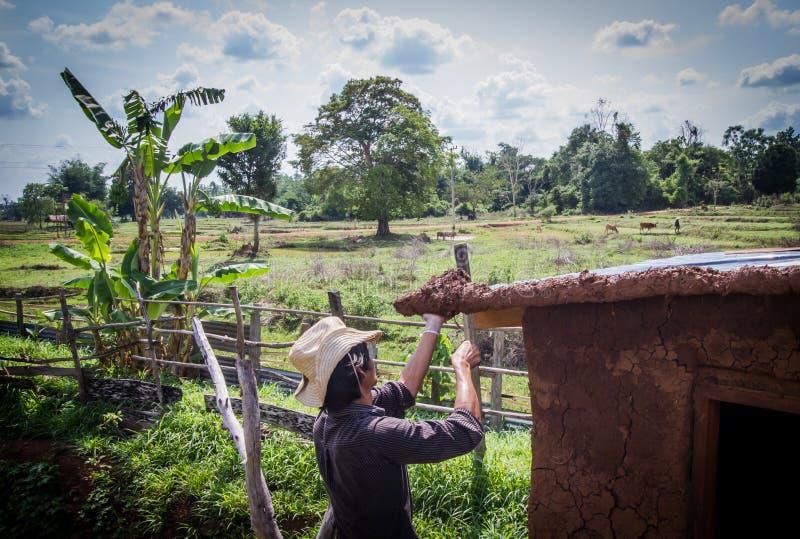 Fabbricazione del tetto della casa del fango immagini stock libere da diritti