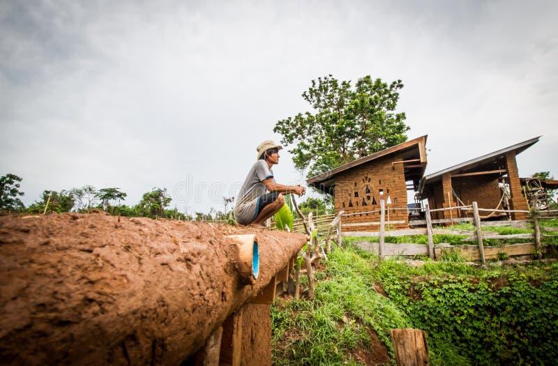 Fabbricazione del tetto della casa del fango immagine stock libera da diritti