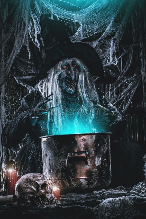 Fabbricazione del veleno a Halloween immagine stock libera da diritti