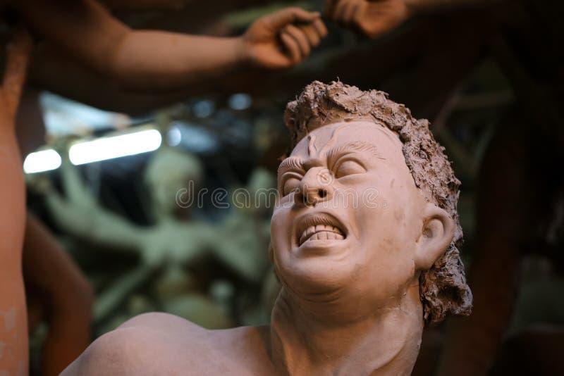 Fabbricazione dell'idolo di Mahisasur per il festival di Durga Puja in India immagini stock