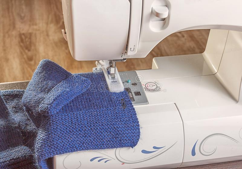 Fabbricazione dell'occhiello con una macchina per cucire immagine stock libera da diritti