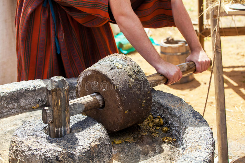 Fabbricazione dell'olio d'oliva nei periodi antichi fotografie stock