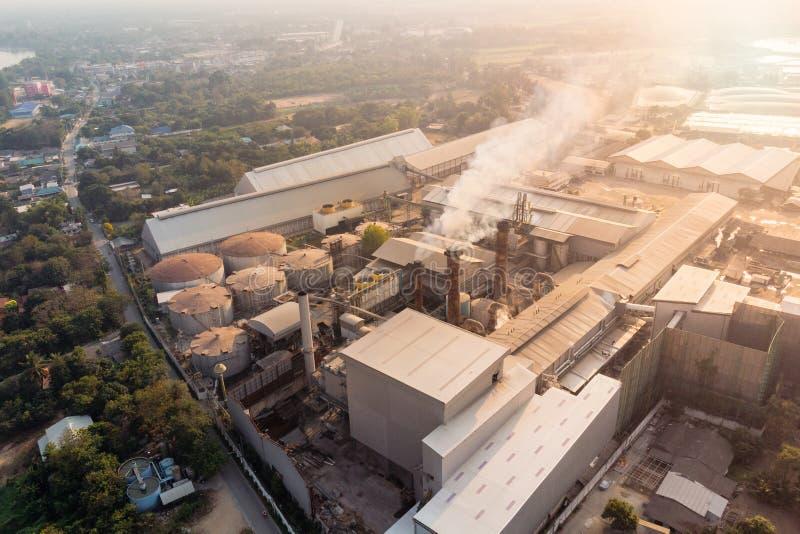 Fabbricazione della fabbrica di industria con il fumo dell'emissione dai camini immagini stock libere da diritti