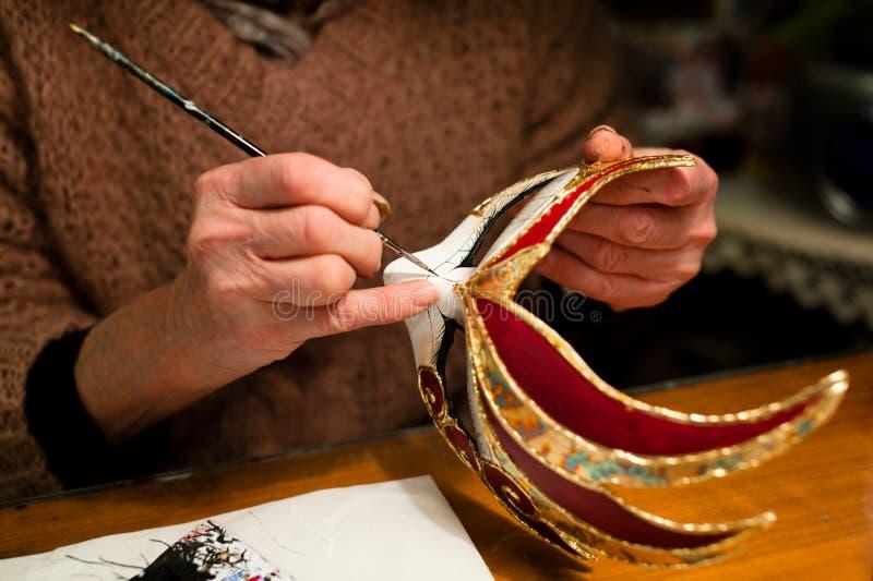 Fabbricazione della mascherina di carnevale di Venezia fotografia stock