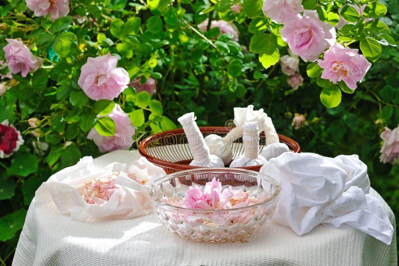 Download Fabbricazione Delle Borse Di Erbe Fotografia Stock - Immagine di tabella, lifestyle: 56891944