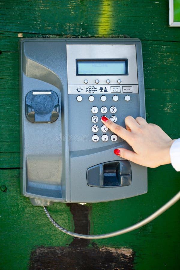 Fabbricazione delle chiamate di telefono nella chiamare-casella fotografie stock libere da diritti