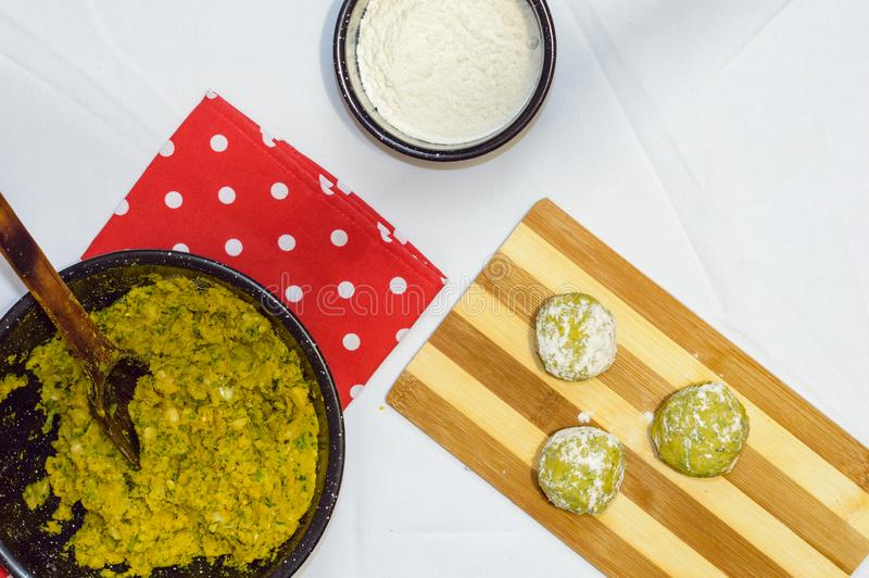 Fabbricazione delle palle del falafel fotografia stock