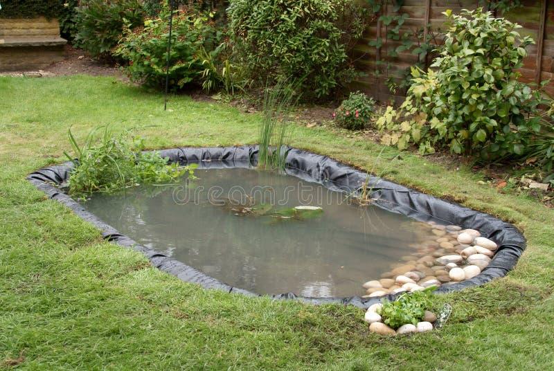 Fabbricazione dello stagno del giardino immagine stock for Stagno da giardino