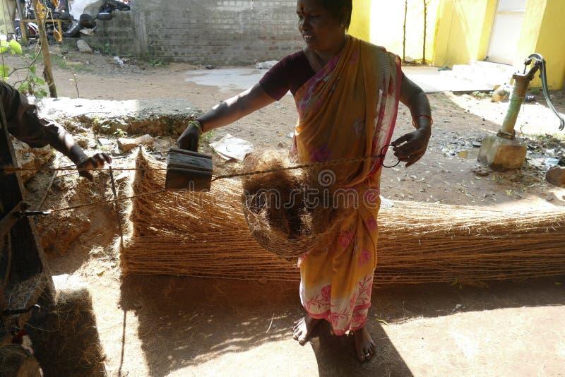 Fabbricazione di corde di cocco a partire da fibre di cocco immagini stock