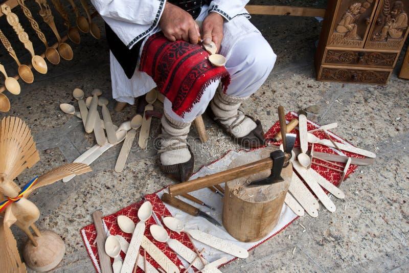 Fabbricazione di legno tradizionale rumena del cucchiaio fotografia stock