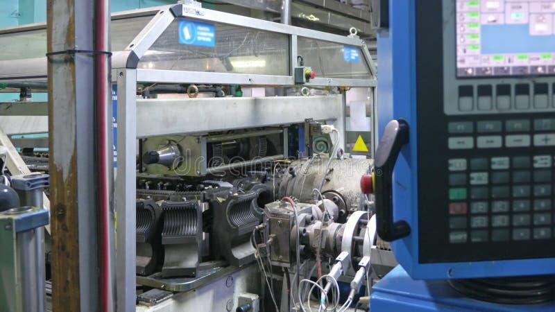 Fabbricazione di tubature dell'acqua di plastica Centro di controllo elettronico per il processo di produzione Fabbricazione dei  fotografia stock libera da diritti