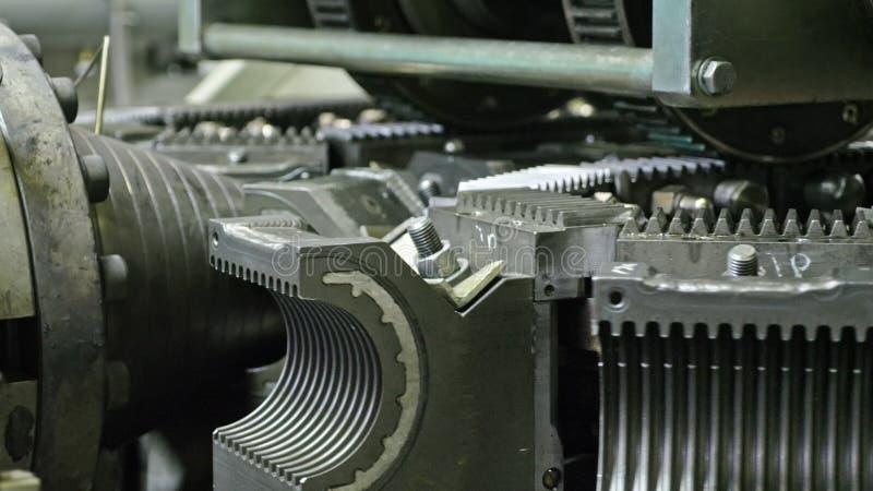 Fabbricazione di tubature dell'acqua di plastica Fabbricazione dei tubi alla fabbrica Il processo di fabbricazione dei tubi di pl immagini stock libere da diritti
