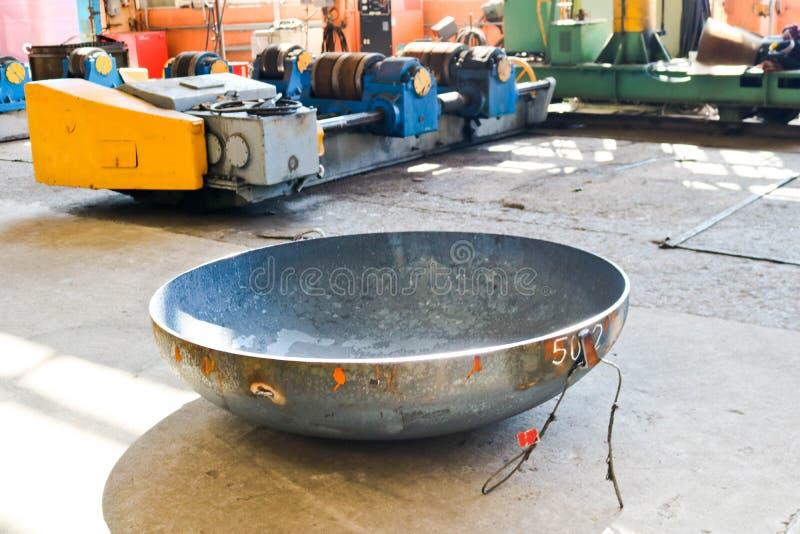 Fabbricazione di un contenitore del metallo, fondo sferico, cilindrico, semicircolare, rotondo per un carro armato, una copertura immagini stock