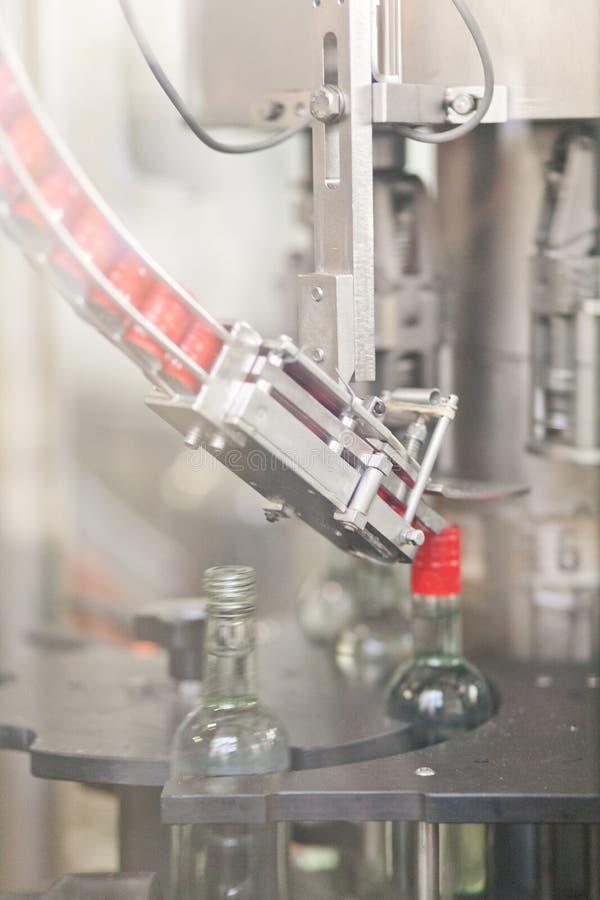 Fabbricazione di vodka trasportatore con le bottiglie di vetro fotografia stock