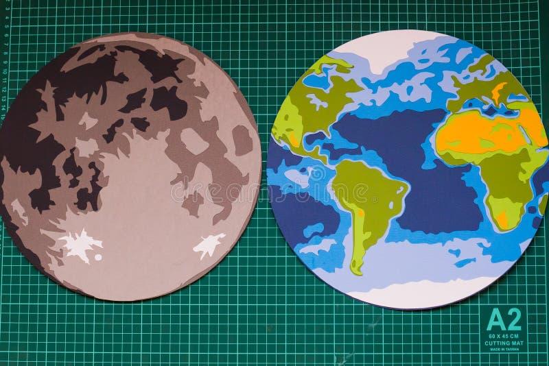 Fabbricazione il modello di carta della luna e della terra immagine stock
