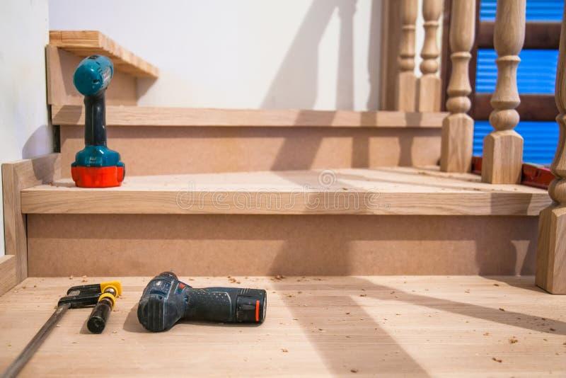 Fabbricazione, riparazione delle scale di legno in un edificio residenziale immagine stock