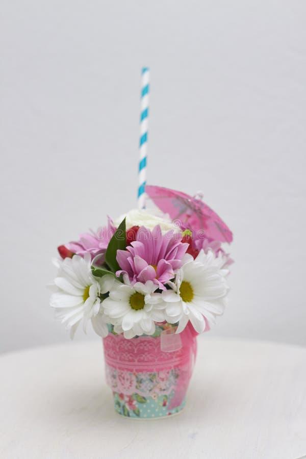 Fabbricazione un mazzo piccolo bello di estate dei fiori con la loro o fotografia stock libera da diritti