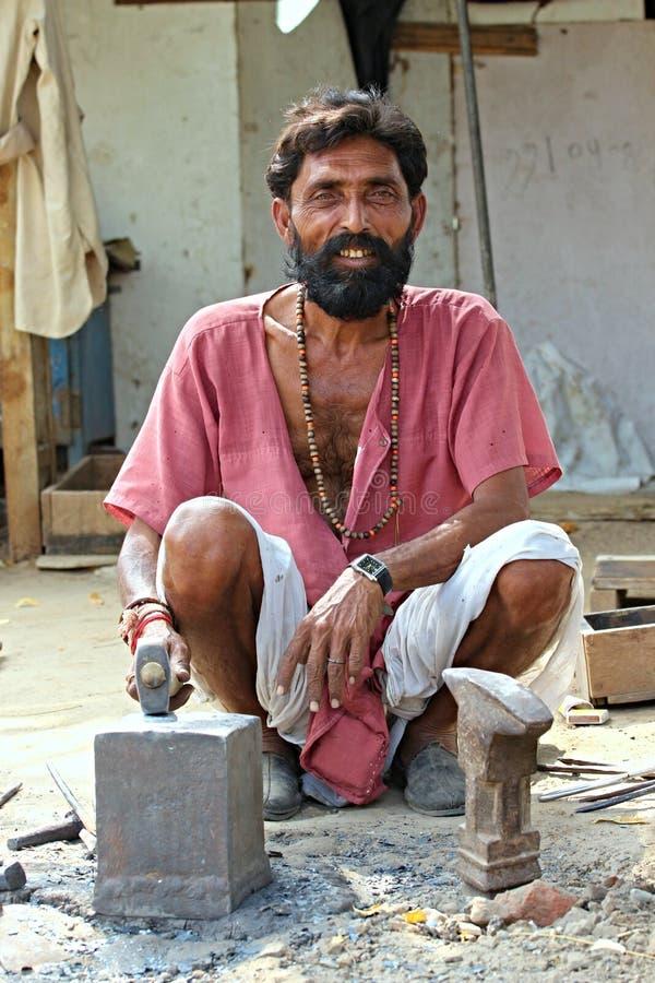 Fabbro indiano che lavora alle vie Rappresentato a Ahmedabad India, il 25 ottobre 2015 immagini stock libere da diritti