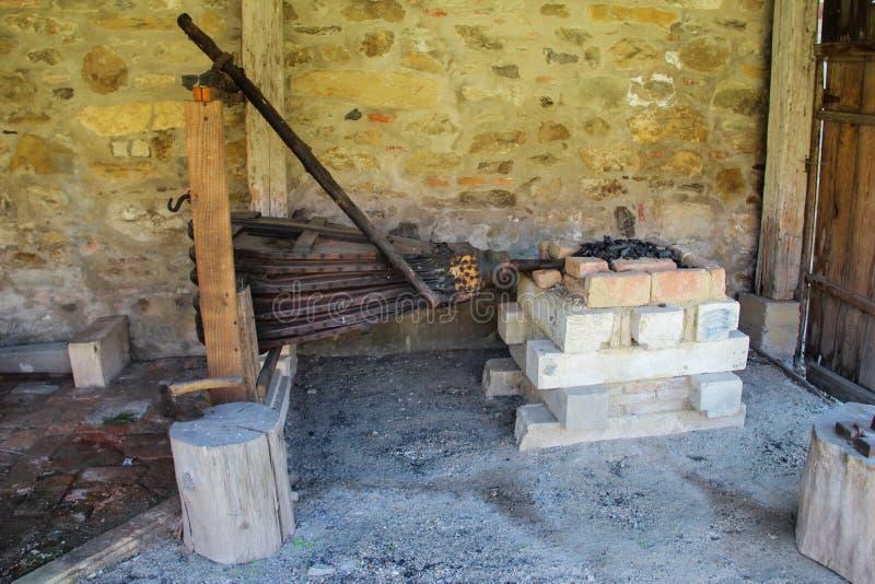 Fabbro medievale Workshop - soffietti e forgia immagine stock libera da diritti