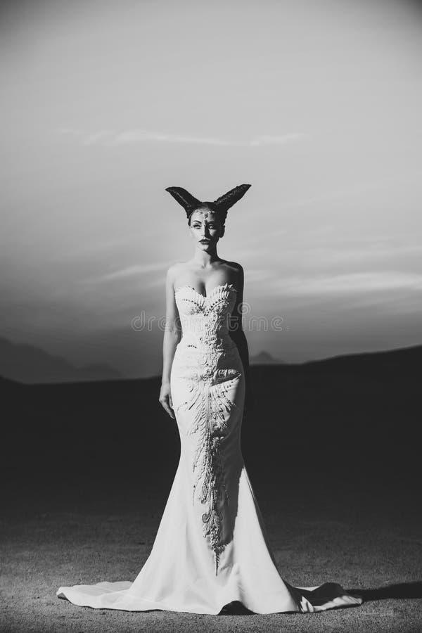 Fabelachtig huwelijk Vrouw het stellen op zonsonderganghemel stock afbeelding