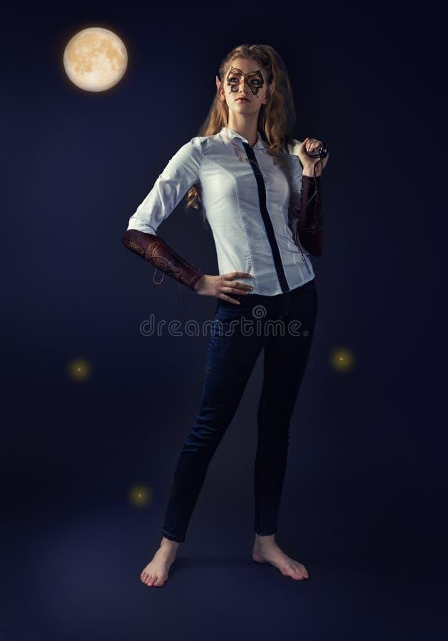 Fabelachtig mysticus meisje-elf in moderne kleren royalty-vrije stock foto's
