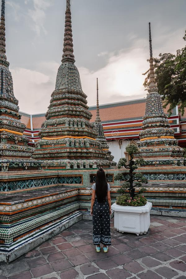 Fabelachtige, mystieke, Boeddhistische Aziatische tempel Vrouw geïmponeerd met de schoonheid van de plaats De gangen van het toe royalty-vrije stock afbeeldingen