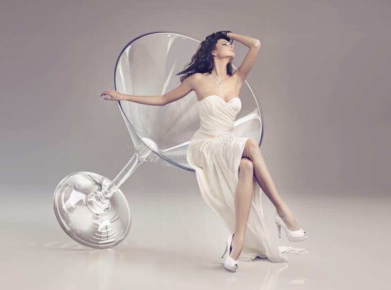 Fabelachtige vrouw in een martini-glas stock foto's