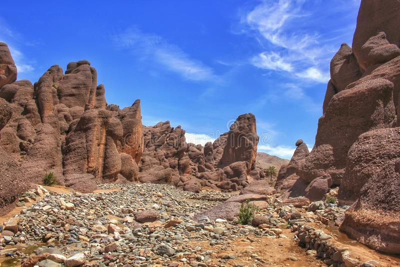 Fabelachtige vulkanische rotsvormingen in zuidelijk Marokko stock foto's