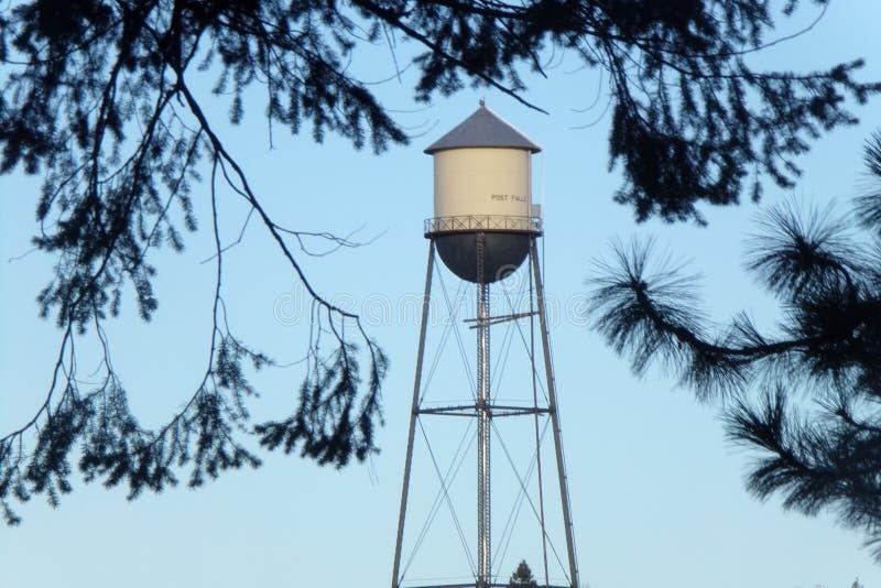 Fabelhafter alter Wasserturm, wie durch Baumaste gesehen lizenzfreie stockbilder