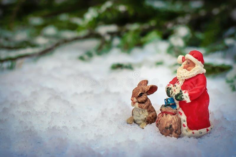 Fabelhaftes neues Jahr ` s Bild mit Sankt und wenigem Häschen stockbilder
