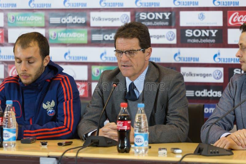 Fabio Capello wordt geïnterviewd stock afbeelding