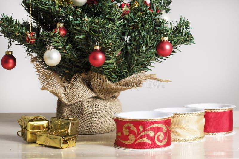 Faborki, pakuneczki i szczegół od dekorującej choinki, fotografia royalty free