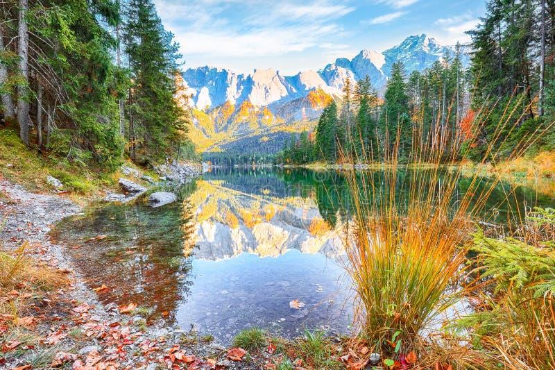 Faboulus Herbstlandschaft am Eibsee vor Zugspitzgipfel unter Sonnenlicht lizenzfreies stockfoto