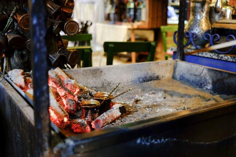 Fabricação de cerveja do café turco fotografia de stock