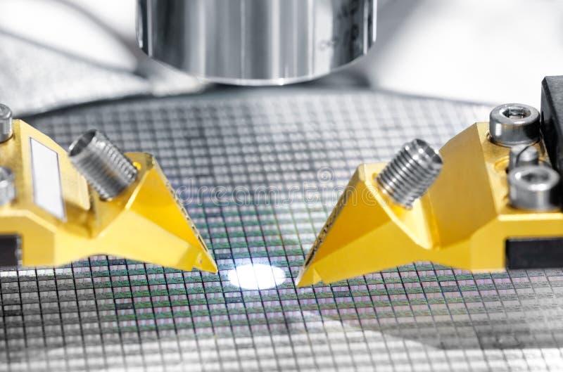 Fabricação de microplaquetas em uma placa de circuito impresso sob um microscópio imagem de stock royalty free