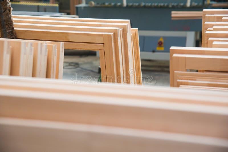 Fabricação de portas de madeira, janelas, mobília fotos de stock royalty free