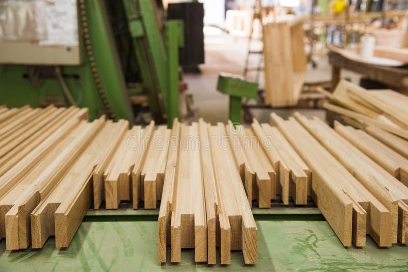 Fabricação de portas de madeira, janelas, mobília fotografia de stock