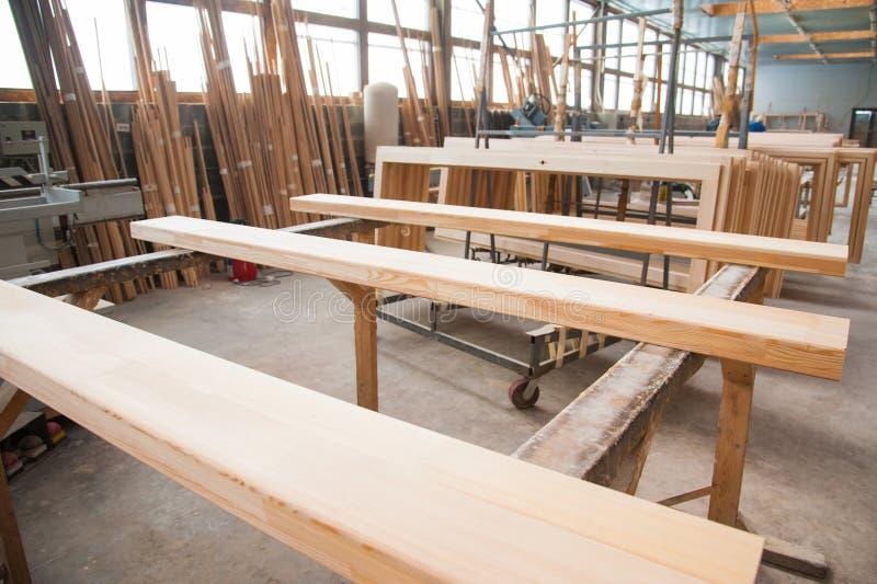 Fabricação de portas de madeira, janelas, mobília foto de stock royalty free