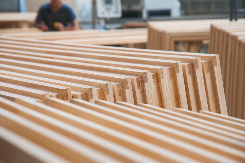 Fabricação de portas de madeira, janelas, mobília foto de stock