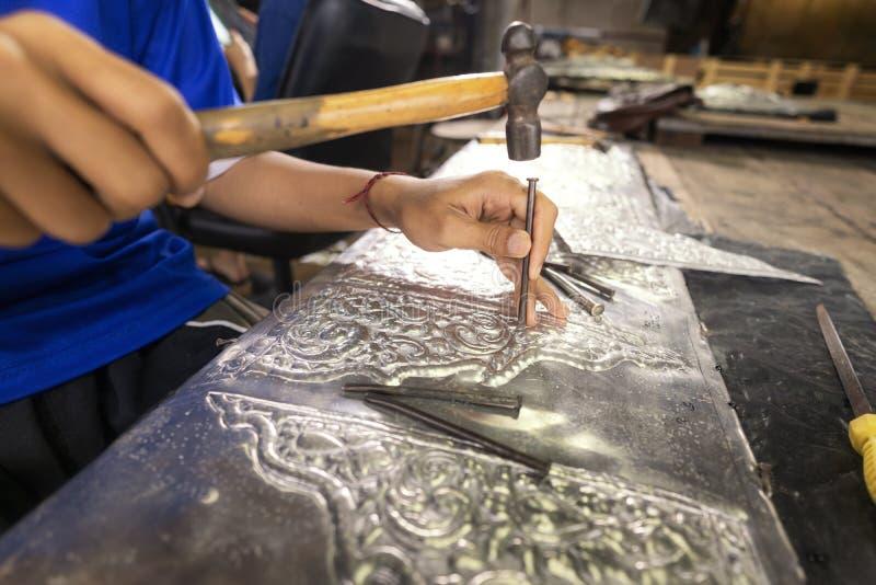 Fabricação de Silverware O artesanato tailandês está fazendo pratos O original dos artesãos prateados na estrada Wua Lai, Chiang  fotos de stock