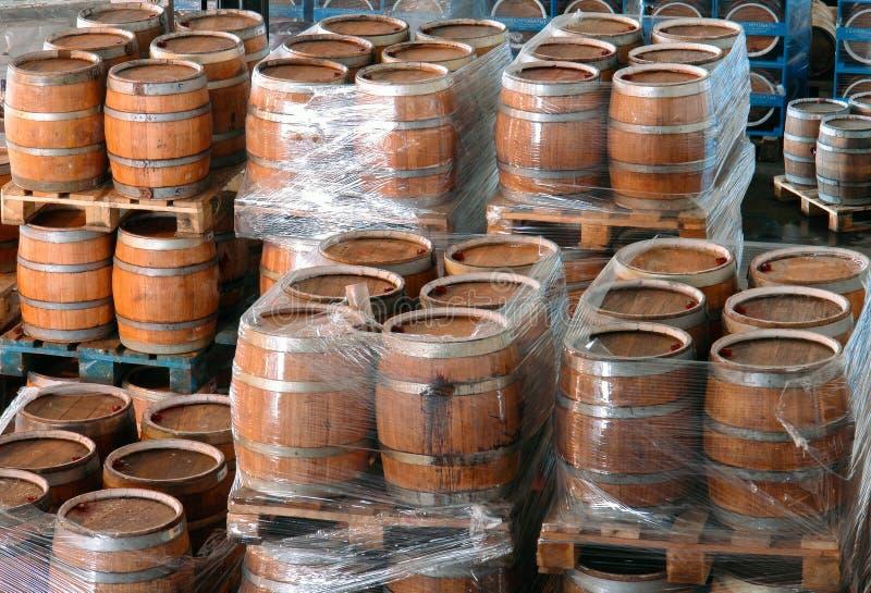 Fabricação de tambores de madeira na fábrica imagem de stock royalty free